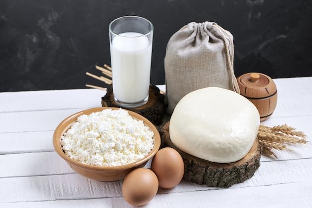 Glas melk en zuivelproducten op achtergrond