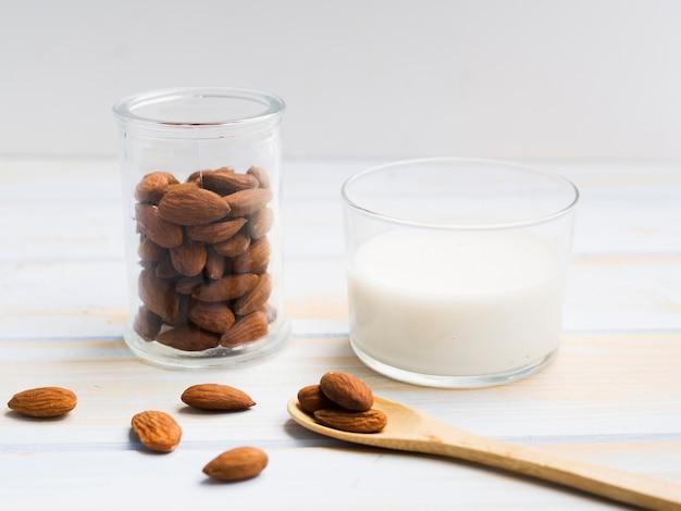 Glas melk met amandelen