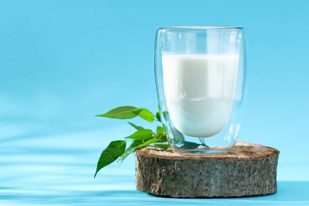 Glas melk op blauwe melkproducten als achtergrond