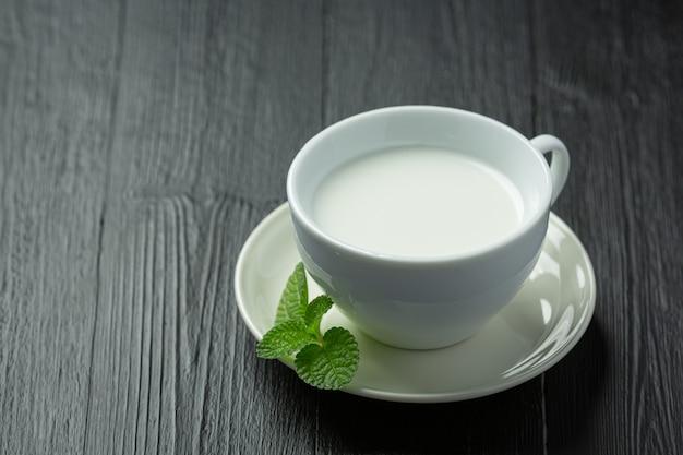 Glas melk op donkere houten oppervlak