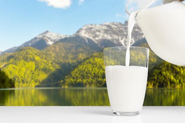 Glas melk op een houten tafel