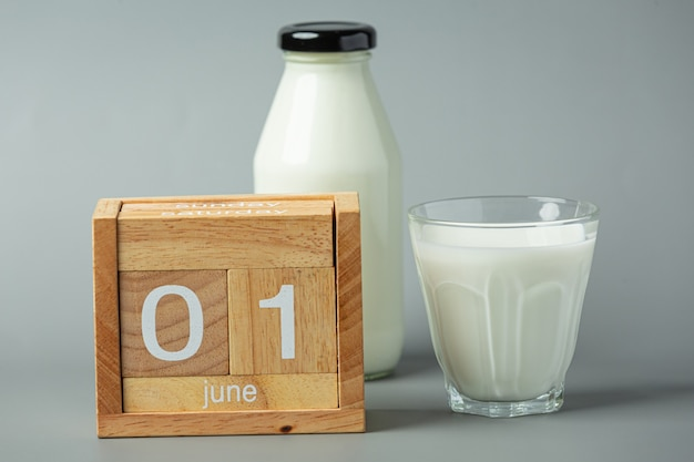 Glas melk op grijze ondergrond
