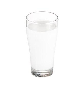 Glas melk op wit wordt geïsoleerd dat.