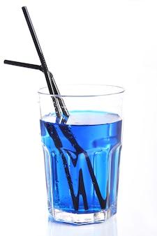 Glas met blauwe cocktail