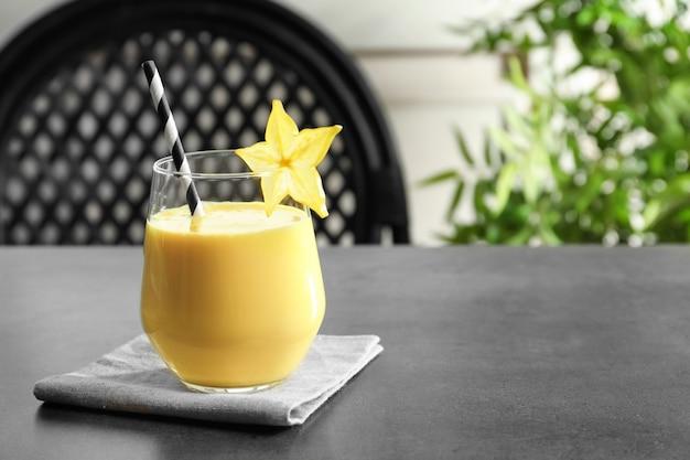 Glas met carambola milkshake op tafel
