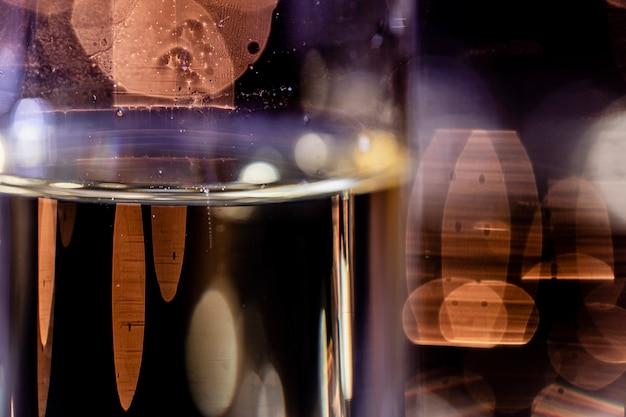Glas met champagne die in venster nadenkt