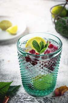 Glas met cranberry en citroencocktail.