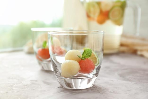 Glas met de drank van de meloenbal op lijst