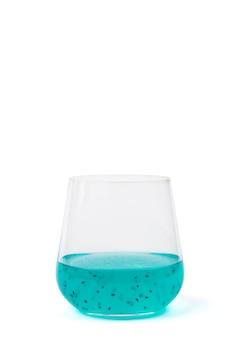 Glas met een exotische cocktail met basilicumzaden die op een wit oppervlak worden geïsoleerd