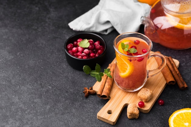 Glas met fruitige aromathee op houten bord