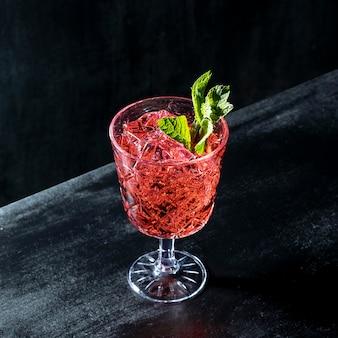 Glas met fruitige drank