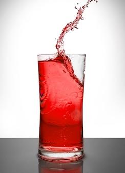 Glas met ijs en vloeibare plons
