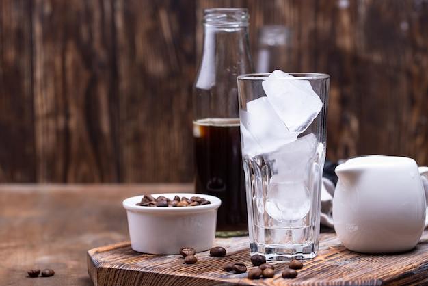 Glas met ijs voor koude koffie