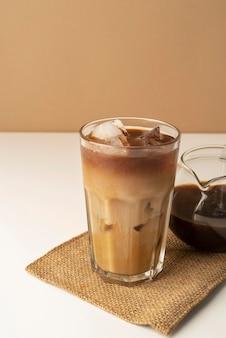 Glas met ijskoffie op tafel