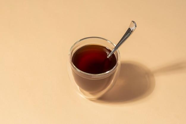 Glas met koffie op tafel