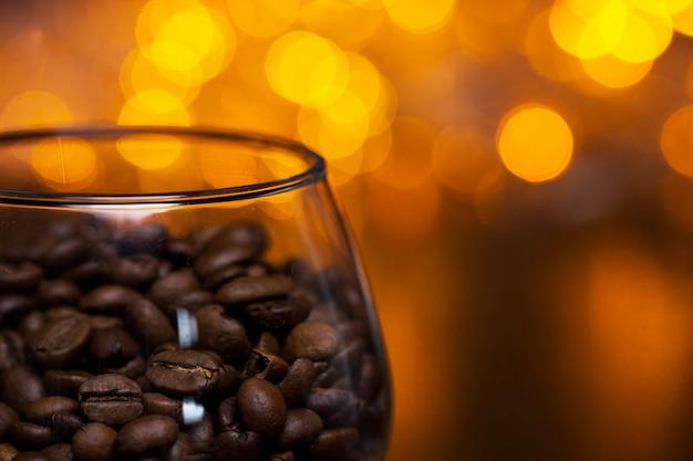 Glas met koffiebonen