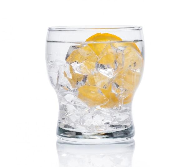 Glas met koud water met ijs en citroen