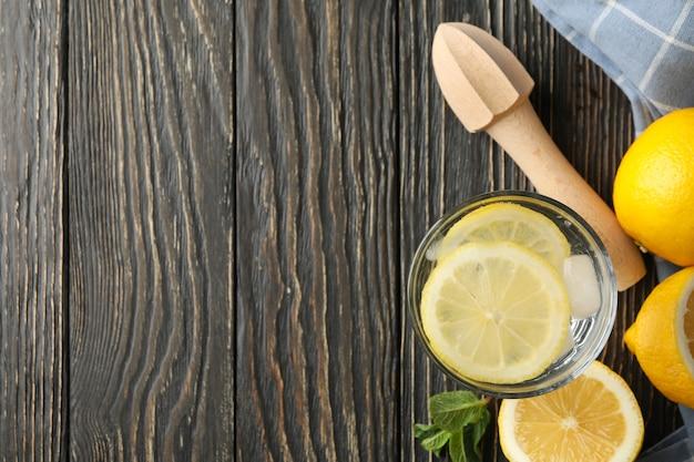 Glas met limonade en ingrediënten op houten oppervlak, bovenaanzicht