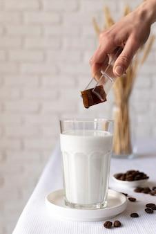 Glas met melk en chocolade