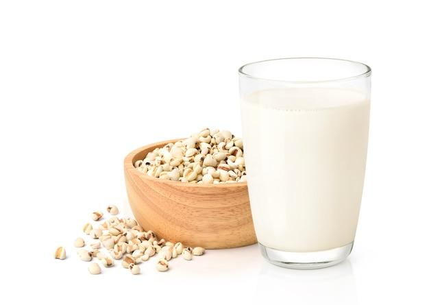 Glas met melk en kom met granen