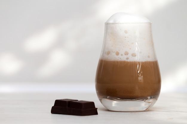 Glas met melkachtige koffie latte of cappuccino in de ochtend.