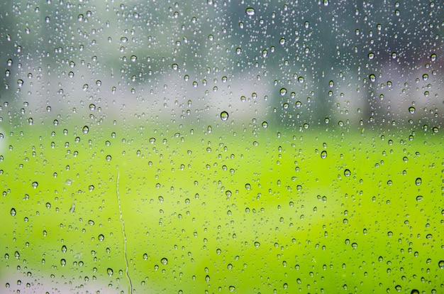 Glas met natuurlijke waterdruppels