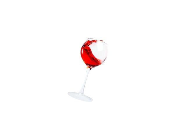 Glas met rode wijn spatten geïsoleerd.