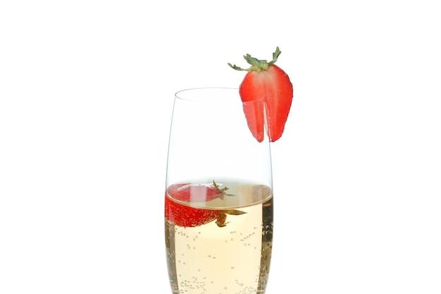 Glas met rossini-cocktail die op witte achtergrond wordt geïsoleerd