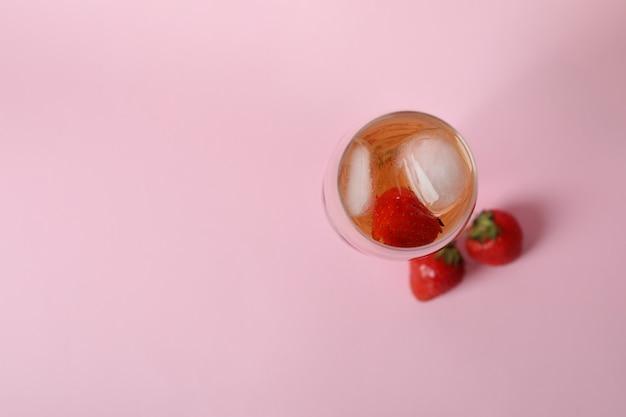 Glas met rossini-cocktail op roze achtergrond