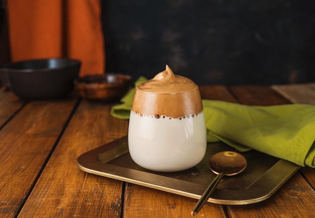 Glas met schuimende opgeklopte koffie dalgona koffie
