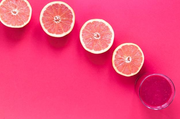 Glas met smoothie van grapefruit