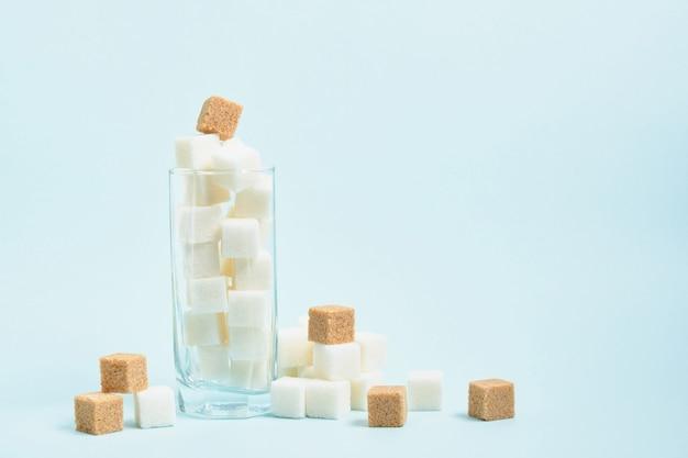 Glas met suikerklontjes