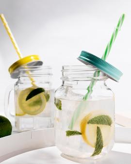 Glas met verse citrusvruchten drankje op lade