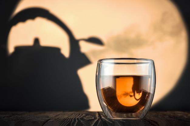 Glas met verse thee op de tafel