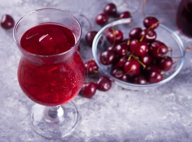 Glas met verse zelfgemaakte kersen zoete ijsthee of cocktail, limonade.