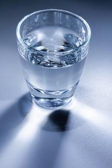 Glas met water. macrofotografie. detailopname.