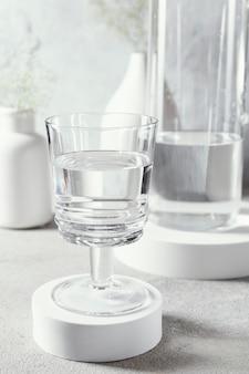 Glas met water op tafel