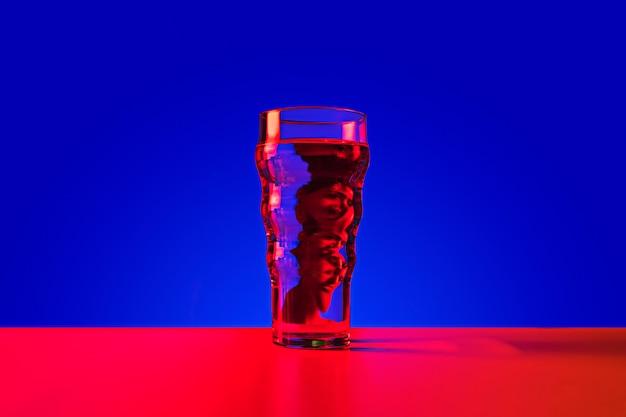 Glas met weerspiegeling van een man