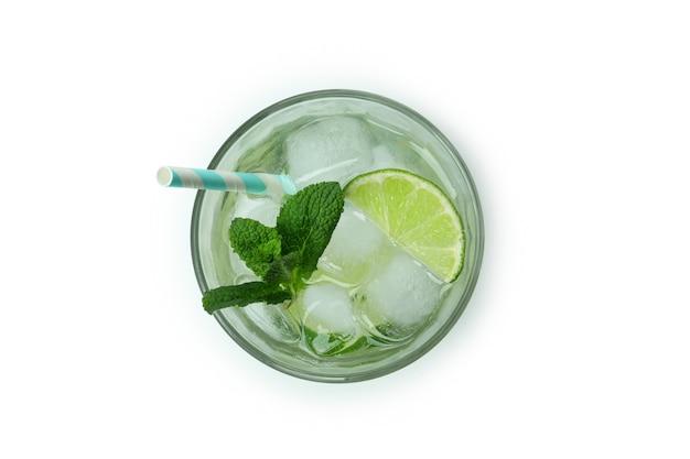 Glas mojito cocktail geïsoleerd op een witte achtergrond