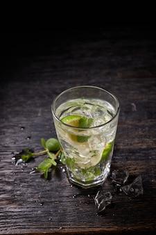 Glas mojito met limoen en muntijsblokjes