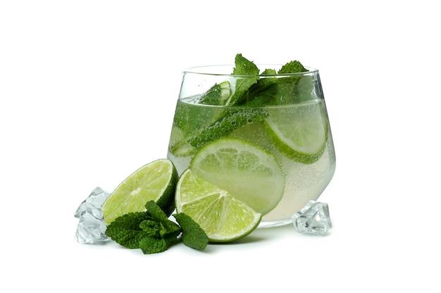 Glas mojitococktail en ingrediënten op witte achtergrond worden geïsoleerd die