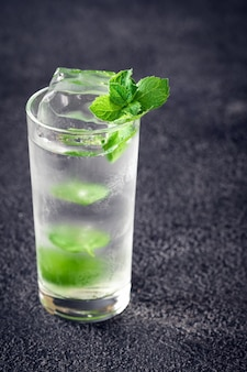Glas mojitococktail op donker