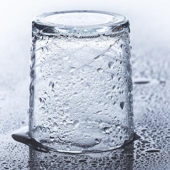Glas op de tafel