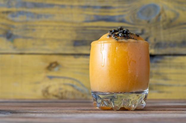Glas papaya caliente - fruitige rumcocktail