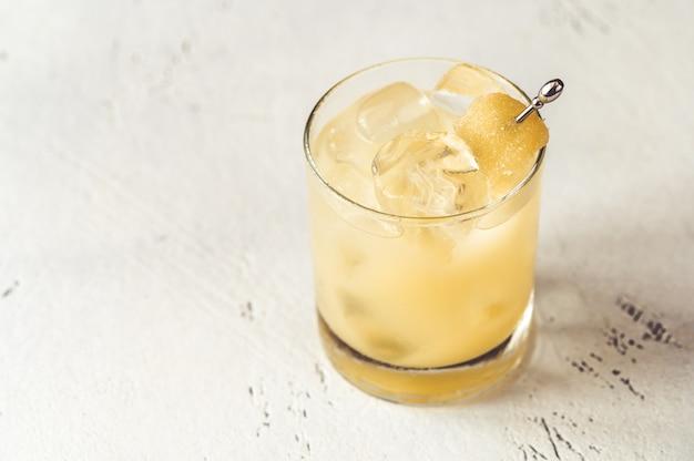 Glas penicilline cocktail op witte ondergrond