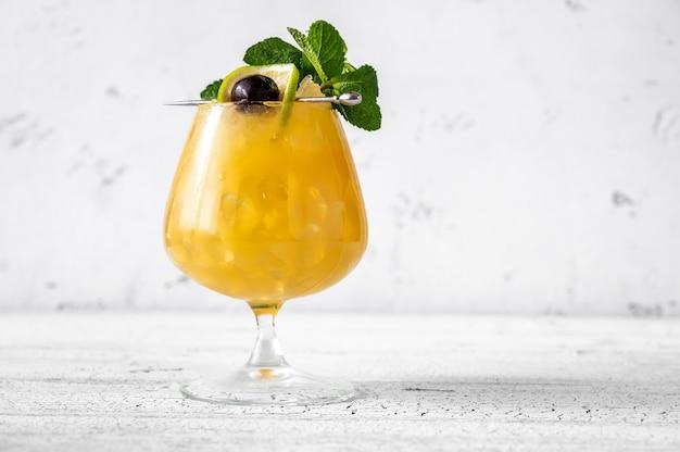 Glas quarantainebestelling cocktail gegarneerd met munt