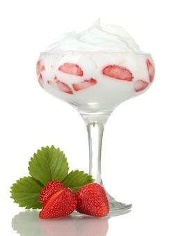 Glas rijpe aardbeien met room op wit