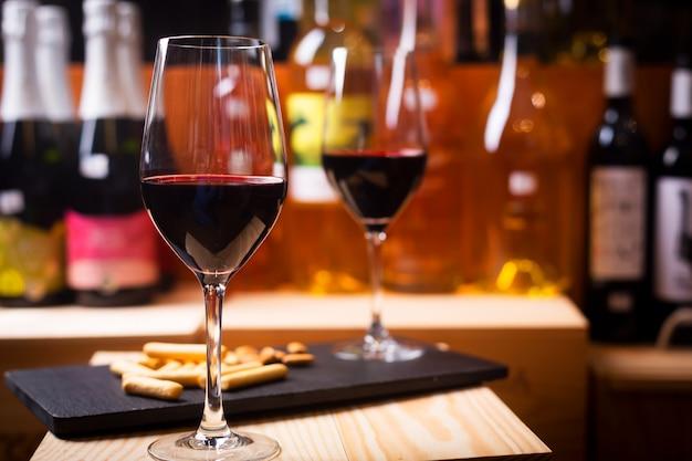 Glas rode wijn bereid om te proeven in een europa wijnmakerij