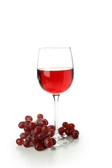 Glas rode wijn en druif geïsoleerd op witte achtergrond