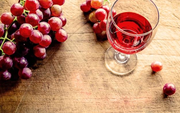 Glas rode wijn en druiven